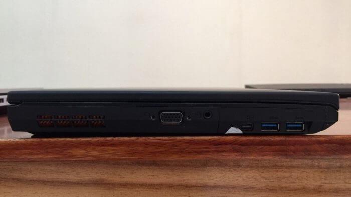 Bên trái: quạt hút khí làm mát, VGA, headphone / microphone jack combo, mini-DisplayPort và Audio, 2x USB 3.0